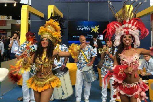 Braziliaanse drumband met danserssen