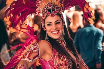 Samba danseressen van SoundFlex entertainment tussen het publiek
