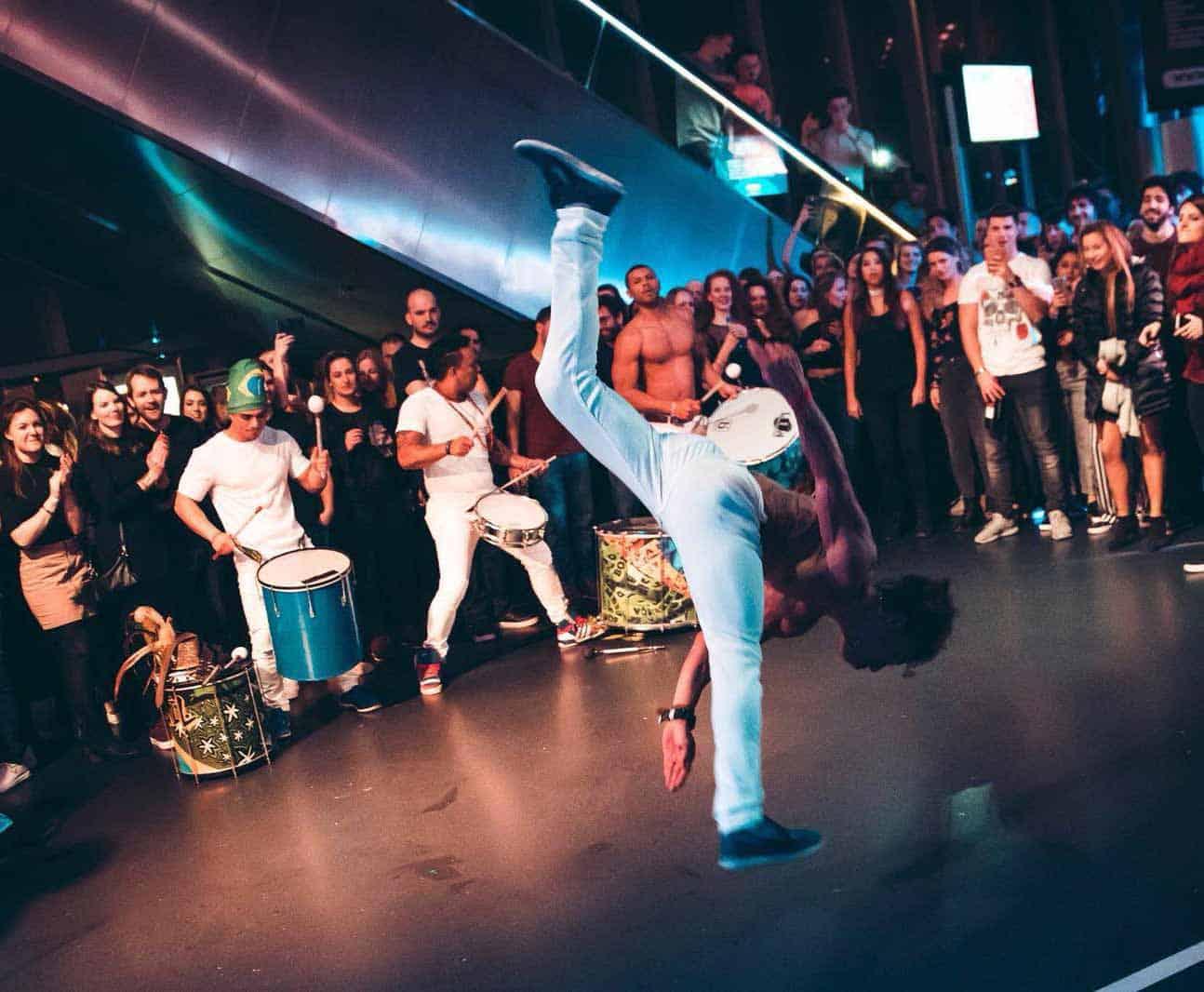 Braziliaanse drumband met capoeira dansers