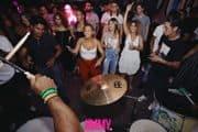 Reactie publiek op live Braziliaanse muziek door drumband