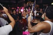 Percussieband die interactief met publiek samba en batucada speelt