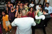 surinaamse zanger speelt spelletjes met publiek