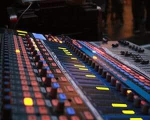 Geluidsinstallatie met geluidstechnicus