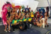 SoundFlex Caribische brassband met Braziliaanse danseressen voor de opnames van Kanzi appel clip